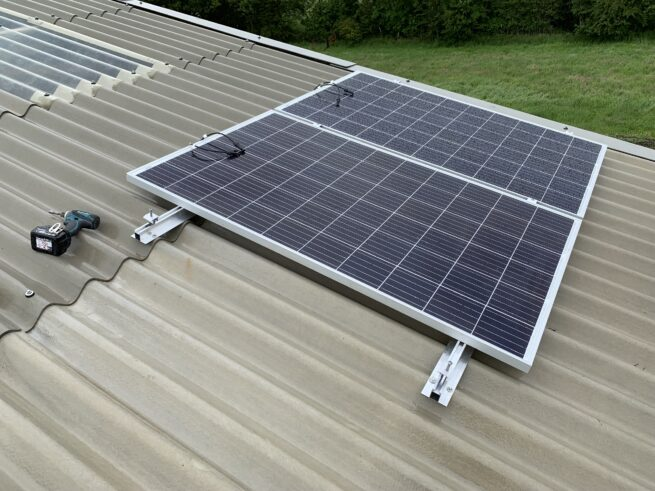 Roof rail system for concrete, steel sheet or flat roofs